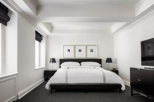 Cama ou camas em um quarto em AKA Sutton Place