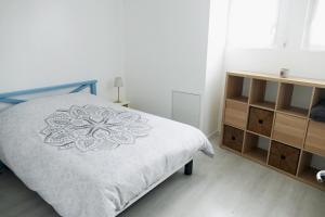Una cama o camas en una habitación de Bel appartement dans maison au bourg