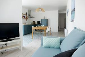 Una televisión o centro de entretenimiento en Bel appartement dans maison au bourg