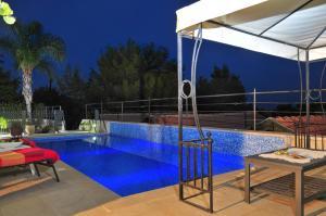 בריכת השחייה שנמצאת ב-בקתה בנוף או באזור