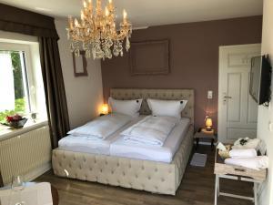 سرير أو أسرّة في غرفة في Haus Grünewald Unsleben