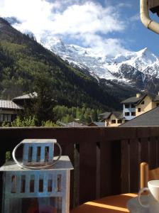 Cảnh núi rừng hoặc tầm nhìn ra núi từ căn hộ