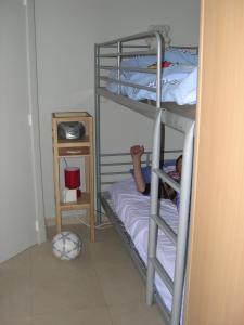 מיטה או מיטות קומותיים בחדר ב-Appartement Koksijde