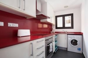 A cozinha ou cozinha compacta de Guell Modern Apartment