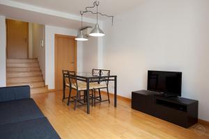 Uma TV ou centro de entretenimento em Guell Modern Apartment