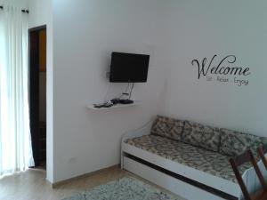Uma TV ou centro de entretenimento em Maresias Flats