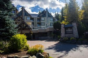 Wildwood Lodge by Peak to Green Accommodations Whistler