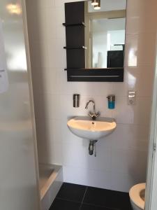 Um banheiro em Villa Westbroekpark