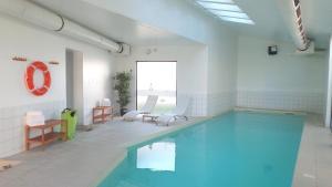 A piscina localizada em Aparthotel Adagio Access Saint Louis Bâle ou nos arredores