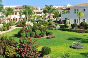 גינה חיצונית ב-Aphrodite Sands Resort