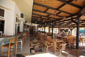 Um restaurante ou outro lugar para comer em Sunquest Gardens Holiday Resort