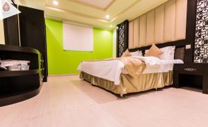 سرير أو أسرّة في غرفة في شقق الكرخ الفندقية