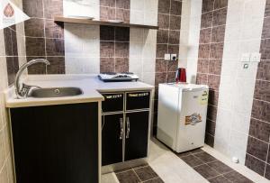 مطبخ أو مطبخ صغير في شقق الكرخ الفندقية
