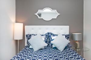 سرير أو أسرّة في غرفة في Luxurious Two Bedroom Apartment in Doorman Building - Lincoln Center
