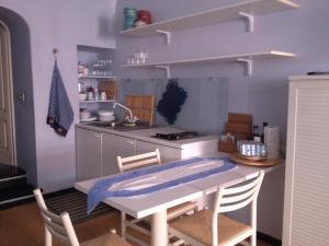 A cozinha ou cozinha compacta de Light blue in Portofino