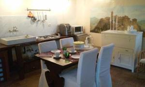 Um restaurante ou outro lugar para comer em Almacivita Apartments & Rooms
