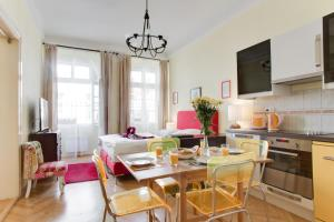 Um restaurante ou outro lugar para comer em Prague Siesta Apartments