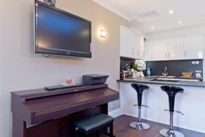 Una televisión o centro de entretenimiento en Chancery's Loft Private Apartment