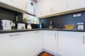 Una cocina o kitchenette en Chancery's Loft Private Apartment