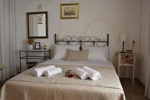 מיטה או מיטות בחדר ב-Loggia Traditional Suites