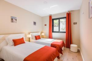 سرير أو أسرّة في غرفة في Funchal SilverWood Apartment - by MHM