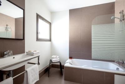 H tel des ducs frankreich dijon for Petite salle de bain design avec baignoire