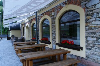Pension Hendrych in Vrchlabí: Penzion Hendrych in Vrchlabí. Nur 200 m vomSkigebiet Herlíkovice-Bubákov im Dorf Hořejší Vrchlabí erwartet Sie die die Penzion Hendrych mit Zimmern mit kostenfreiem WLAN. Die Hendrych Beer Bar serviert lokal gebrautes Bier, hausgemachte Limonaden und andere Getränke. Ab 73,- EUR pro Zimmer und Nacht - buchen Sie jetzt!