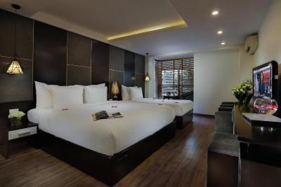 Khách sạn Rising Dragon Grand