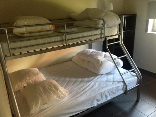 Giường tầng trong phòng chung tại Vissershuisjes Wenduine