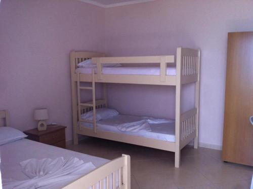 Uma ou mais camas em beliche em um quarto em Arseni Borsh Apartment