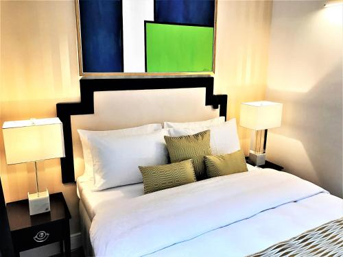 Una cama o camas en una habitación de Luxury Apartments MONDRIAN Market Square II