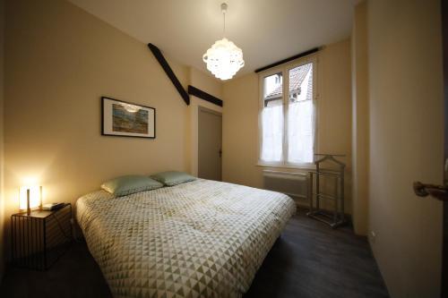 מיטה או מיטות בחדר ב-Le Rohan Colmar Centre