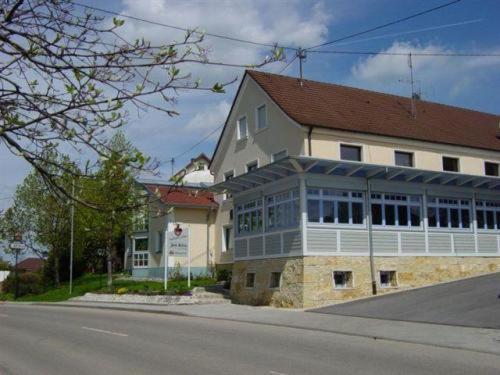 Hotel Pictures: Landgasthaus zum Kreuz, Unterschneidheim