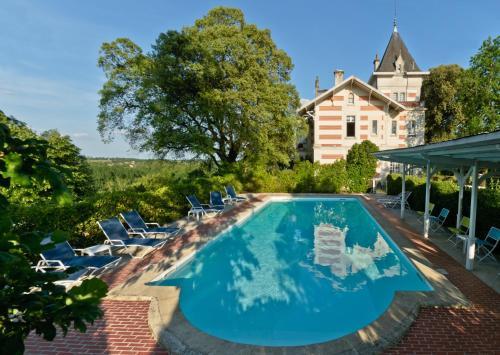 Hotel Pictures: Hôtel L'Yeuse - Chateaux et Hotels Collection, Châteaubernard
