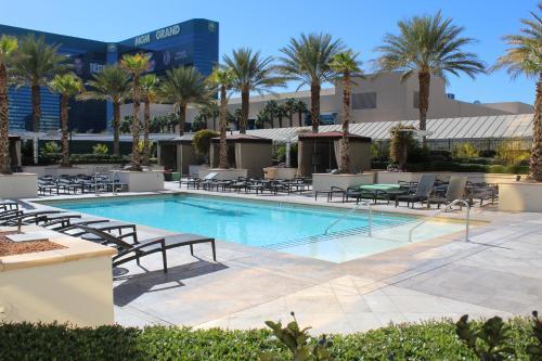 A piscina localizada em Luxury Suites International at The Signature ou nos arredores