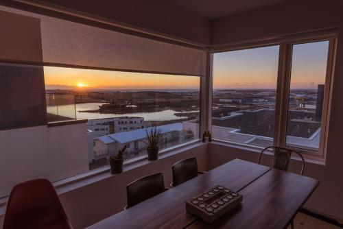 מבט על השקיעה או על הזריחה מהדירה או מהסביבה