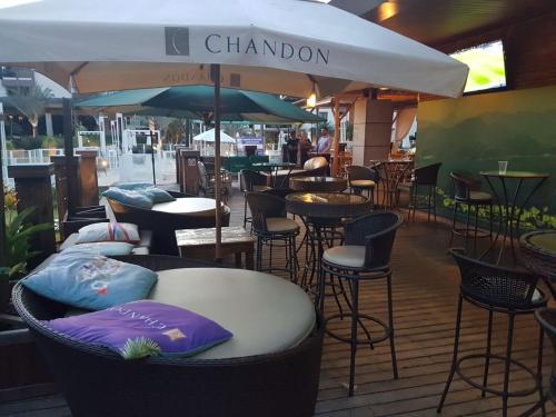 Um restaurante ou outro lugar para comer em Life Resort Flat