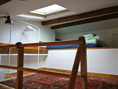 سرير بطابقين أو أسرّة بطابقين في غرفة في Appartement proche République