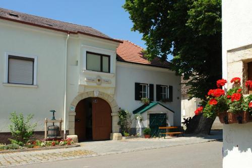 Foto Hotel: Winzerzimmer - Weingut Tinhof, Eisenstadt