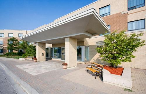 Hotel Pictures: Residence & Conference Centre - King City, King City
