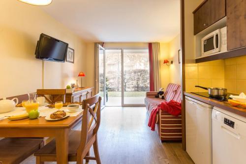 منطقة لتناول الطعام في الشقة الفندقية
