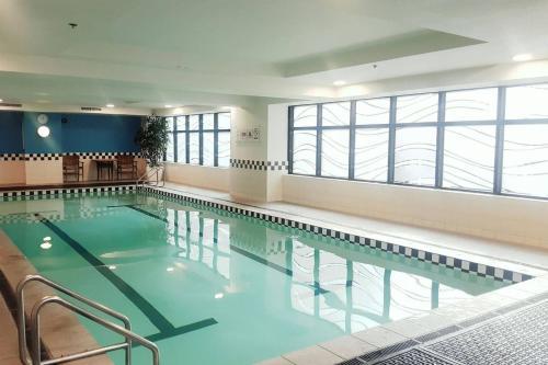 בריכת השחייה שנמצאת ב-Oasis on Queen St, quiet and refreshing Apartment או באזור