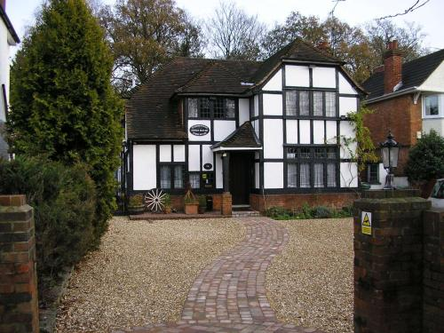 Hotel Pictures: Tudorwood Guest House, Farnborough