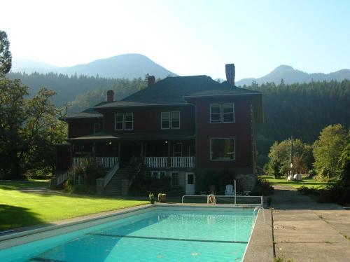 Hotel Pictures: Sasquatch Crossing Eco Lodge B&B, Harrison Mills