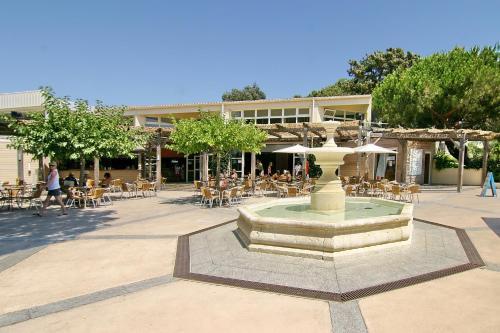 A piscina localizada em Residence Club Marina Viva ou nos arredores