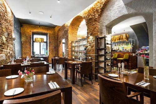Un restaurant u otro lugar para comer en Aparthotel Stare Miasto