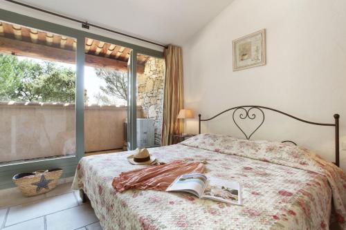 Cama ou camas em um quarto em Résidence Prestige Odalys La Bastide des Chênes