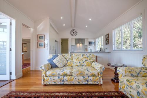 Uma área de estar em Central Cottage