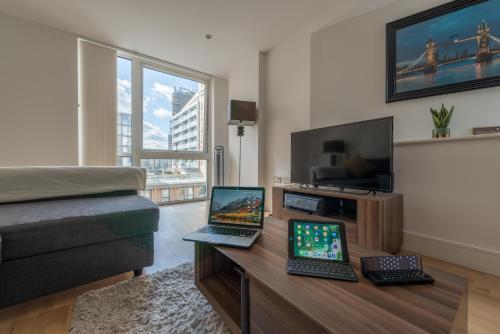 Uma TV ou centro de entretenimento em Modern Riverside Apartment Greenwich