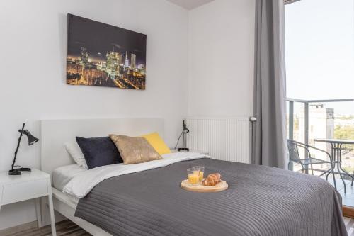 Cama ou camas em um quarto em Chill Apartments Bliska Wola